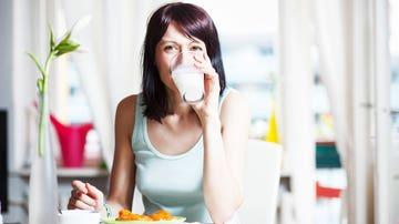 Mujer tomando vaso de leche
