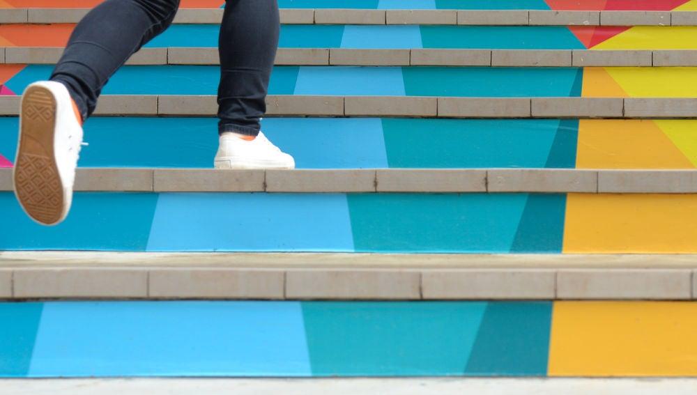 Una mujer camina escaleras arriba