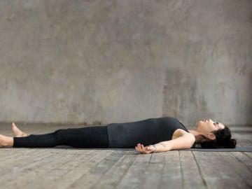 Mujer descansa en el suelo