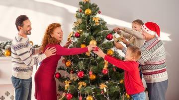 Familia decorando el árbol de Navidad