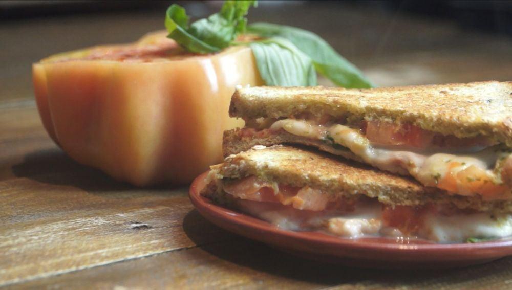 Al rico sándwich caprese.