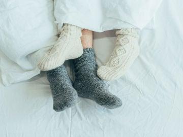 Con calcetines en la cama
