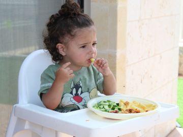 Bebé comiendo alimentos sólidos