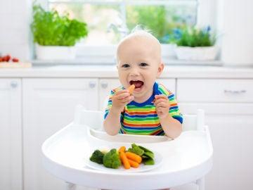 Bebé comiendo verduras