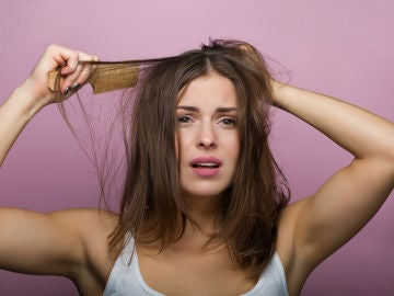 Mujer cepillándose el cabello