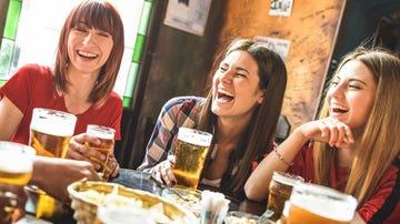 Amigas en un bar