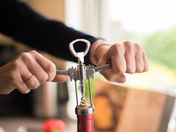 Cómo abrir una botella de vino sin sacacorchos