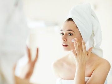 Aplicando crema en el rostro