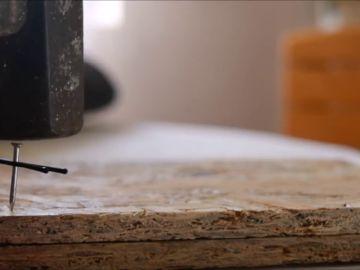 El truco definitivo para no machacarte los dedos cuando uses un martillo