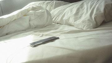 Móvil en la cama