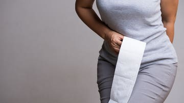 Mujer con papel higiénico