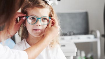 Niña con gafas