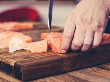 Cortando salmón