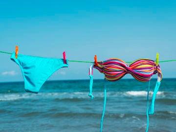 Bikini colorido tendido al sol