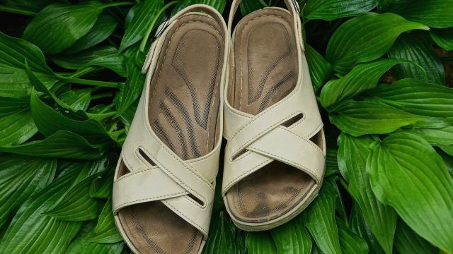 Sandalias desgastadas con la marca de los dedos