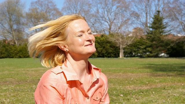 Mujer con el pelo claro