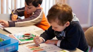Dos niños pintan