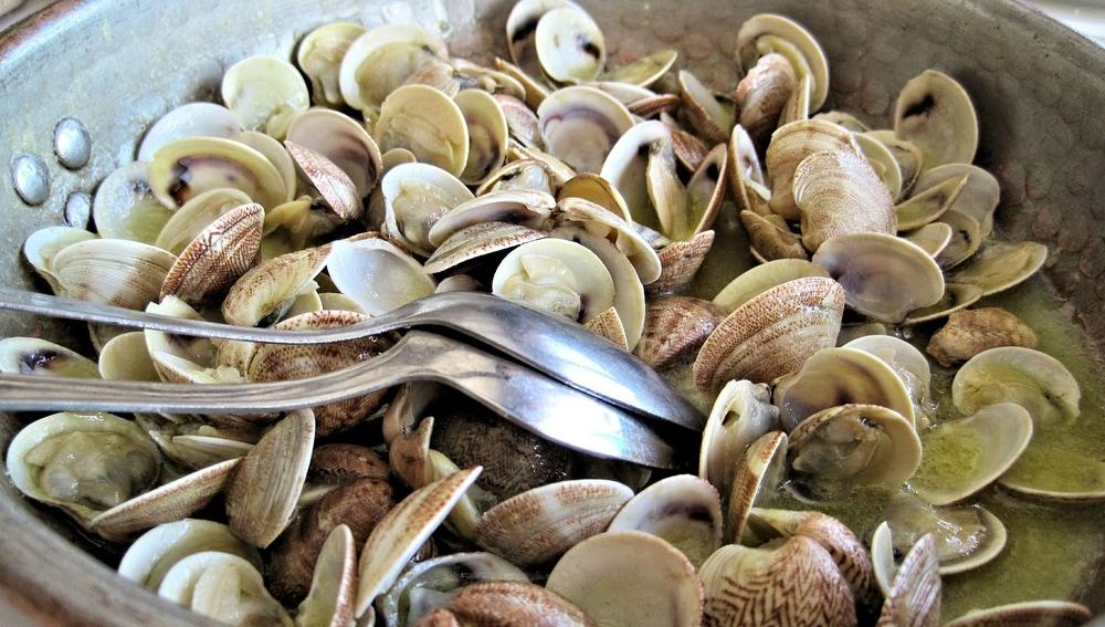 Consigue unas almejas al punto con los pasos de Karlos Arguiñano: abiertas, deliciosas y tiernas