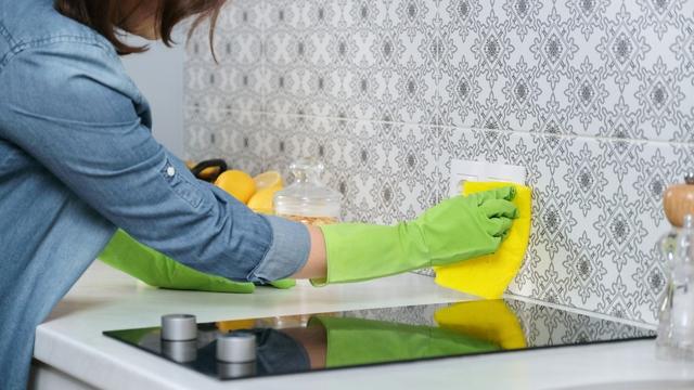 Limpiando azulejos