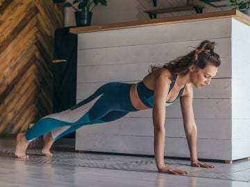 Mujer realizando ejercicios de plancha