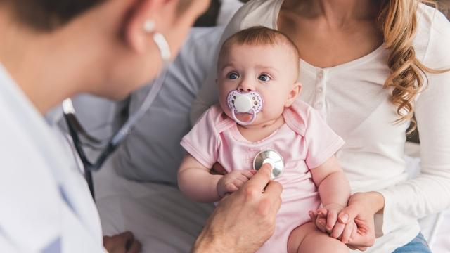 Bebé en médico