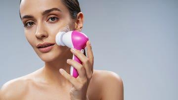 Utilizando cepillo facial